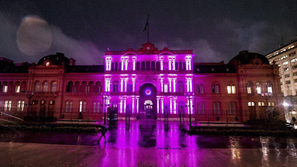 El frente de la Casa Rosada fue iluminado este lunes con un rosa fuerte