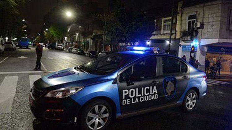 La Policía de la Ciudad detuvo a dos cjóvenes venezolanos intentando robar un atuto en Caballito