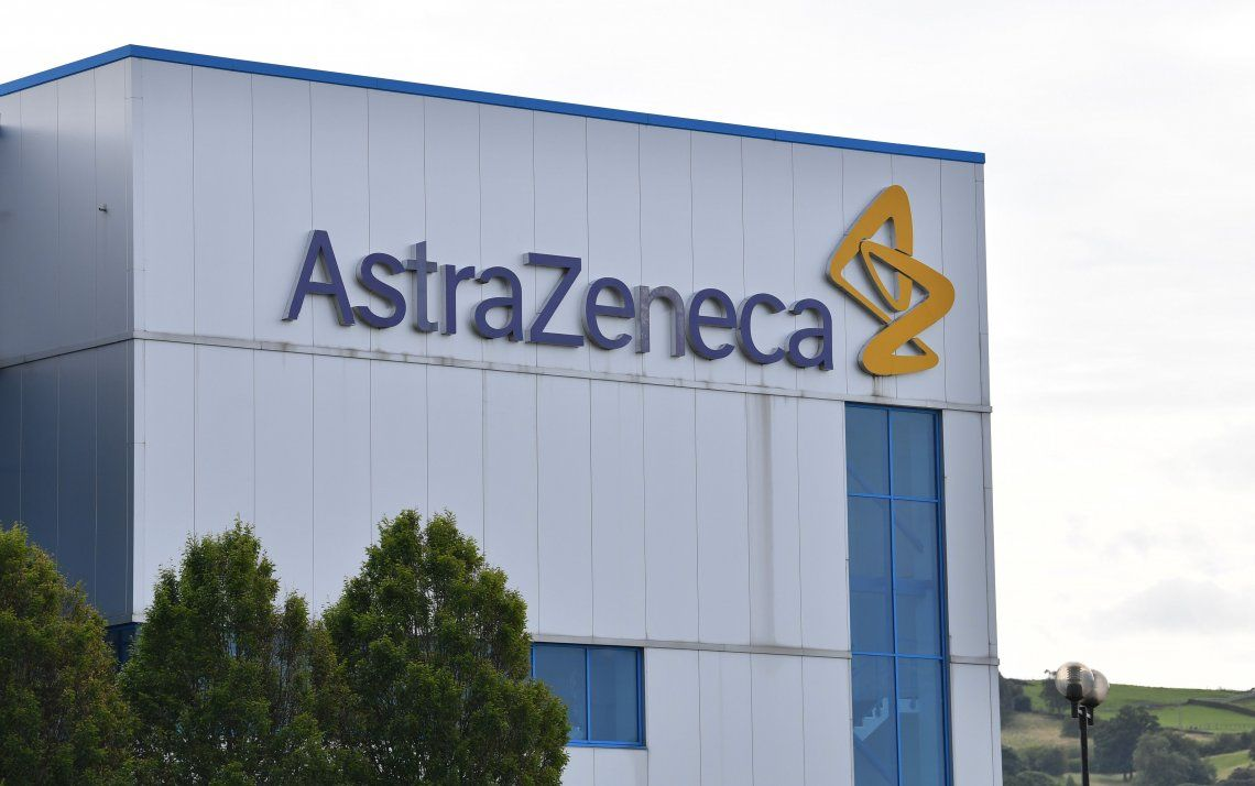 La vacuna de Oxford se produce junto al laboratorio AstraZeneca.
