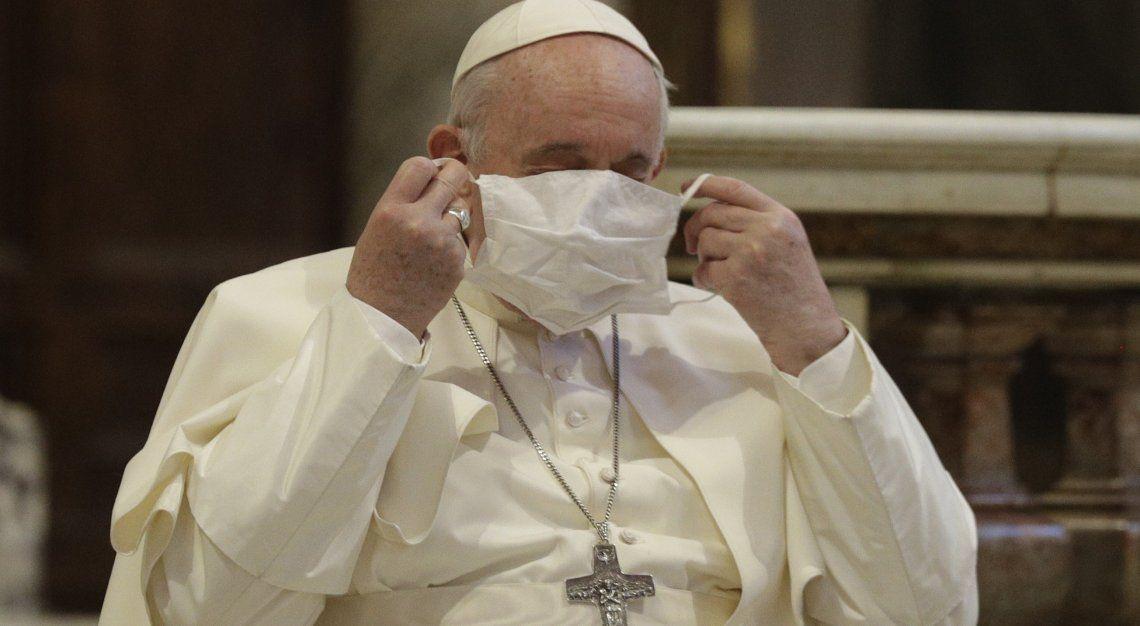 El papa Francisco utilizando su cubreboca.