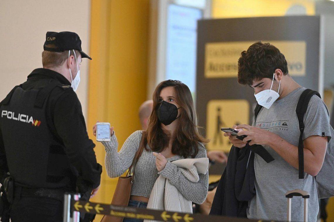 España decretó el estado de alerta y el toque de queda nocturno ante el avance del coronavirus