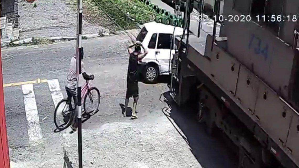 Video: un auto se quedó en la vía, el tren lo arrastró 50 metros y su conductora resultó ilesa