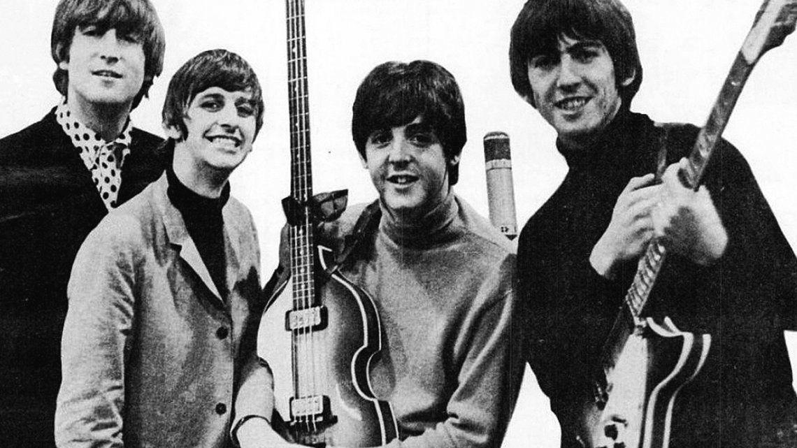 El día que la Reina Isabel II condecoró a Los Beatles con la medalla de la Orden del Imperio Británico