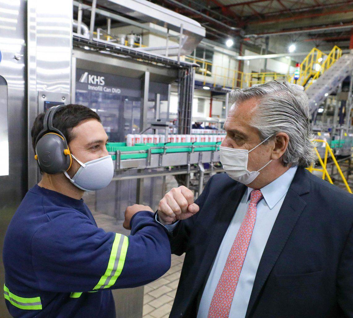 El Presidente se saluda con un operario durante la recorrida por la planta.