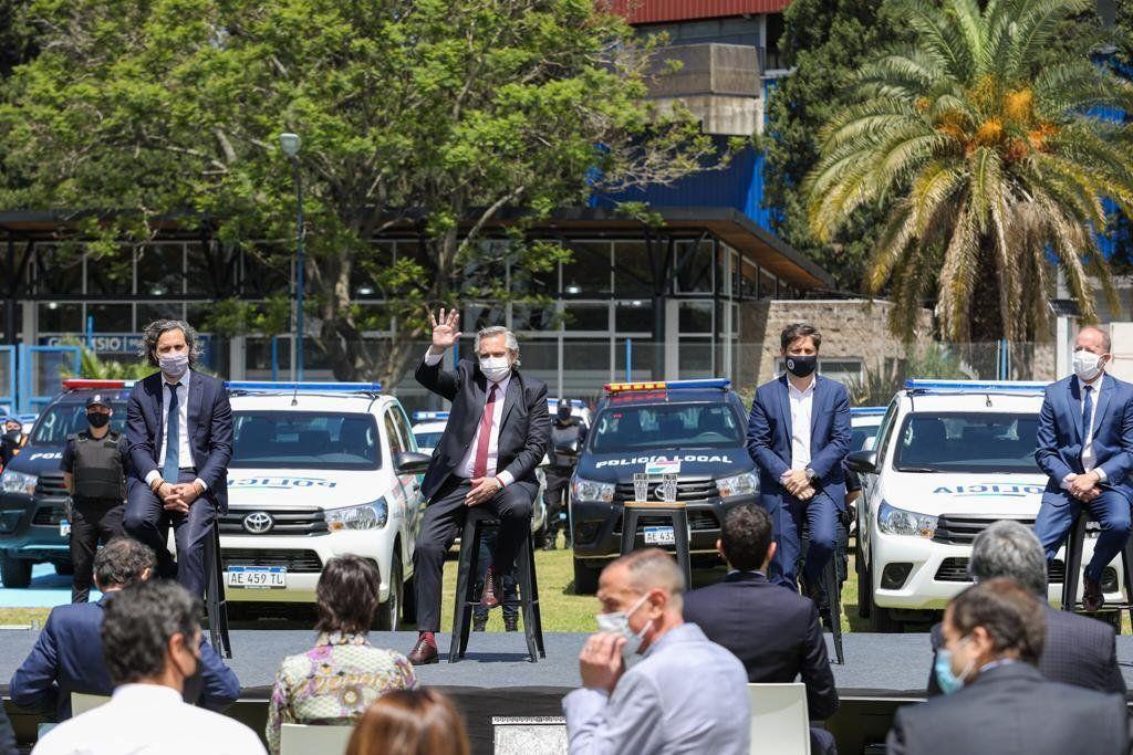 Lomas de Zamora - El presidente Alberto Fernández, junto al jefe de Gabinete, Santiago Cafiero y el intendente Martín Insaurralde en el acto de entrega de patrulleros a la policía bonaerense
