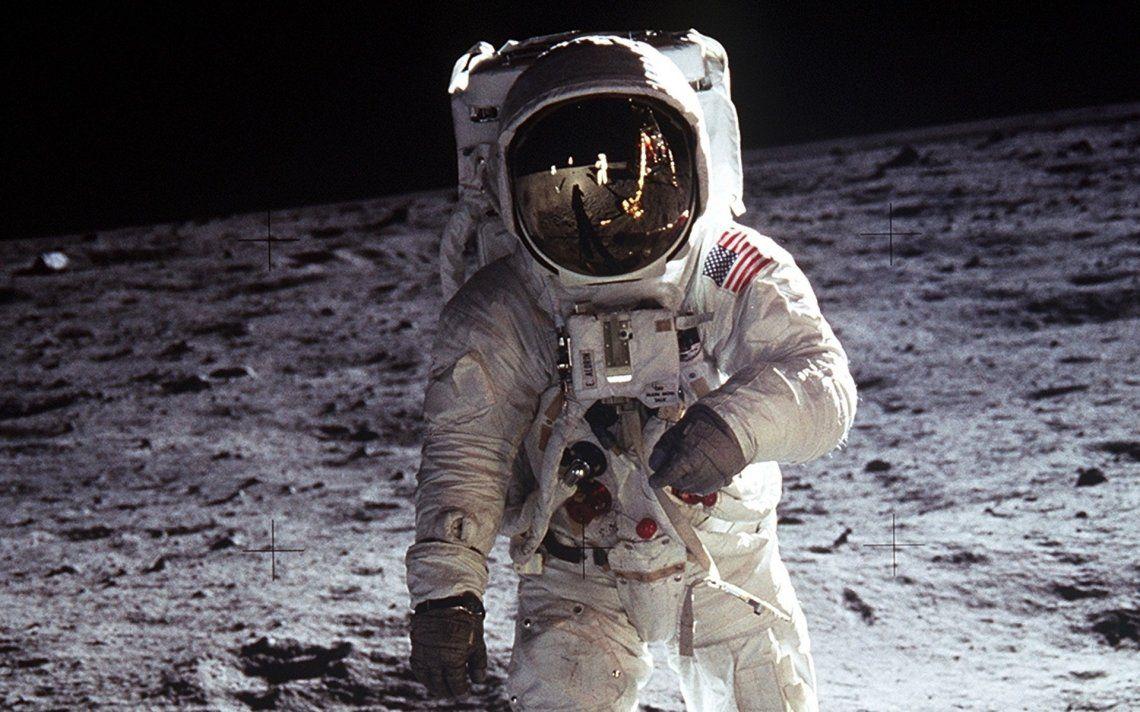 La NASA subasta fotos históricas: desde la selfie de Amstrong hasta Laika