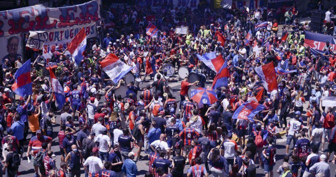 Cientos de hinchas se agolparon en las puertas de la Legislatura