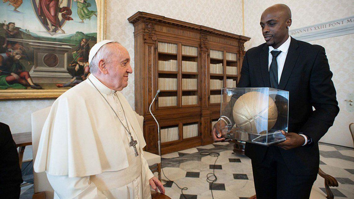 La delegación de la NBA le regaló al Papa Francisco una pelota y una camiseta con la inscripción Black Lives Matter