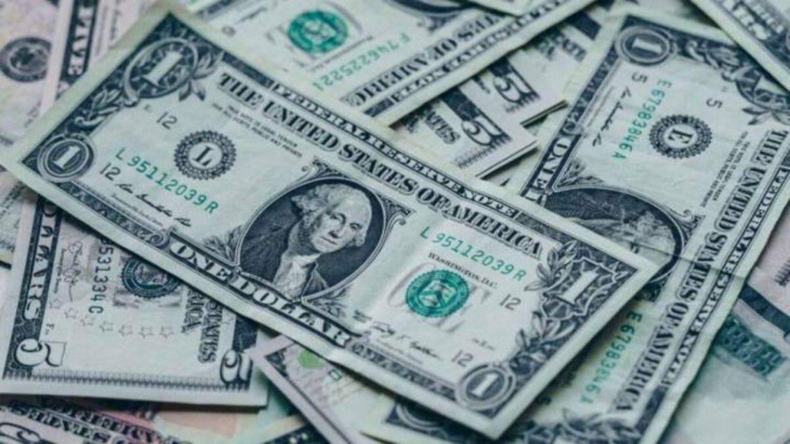 El dólar bajó un peso en el primer día hábil de la semana
