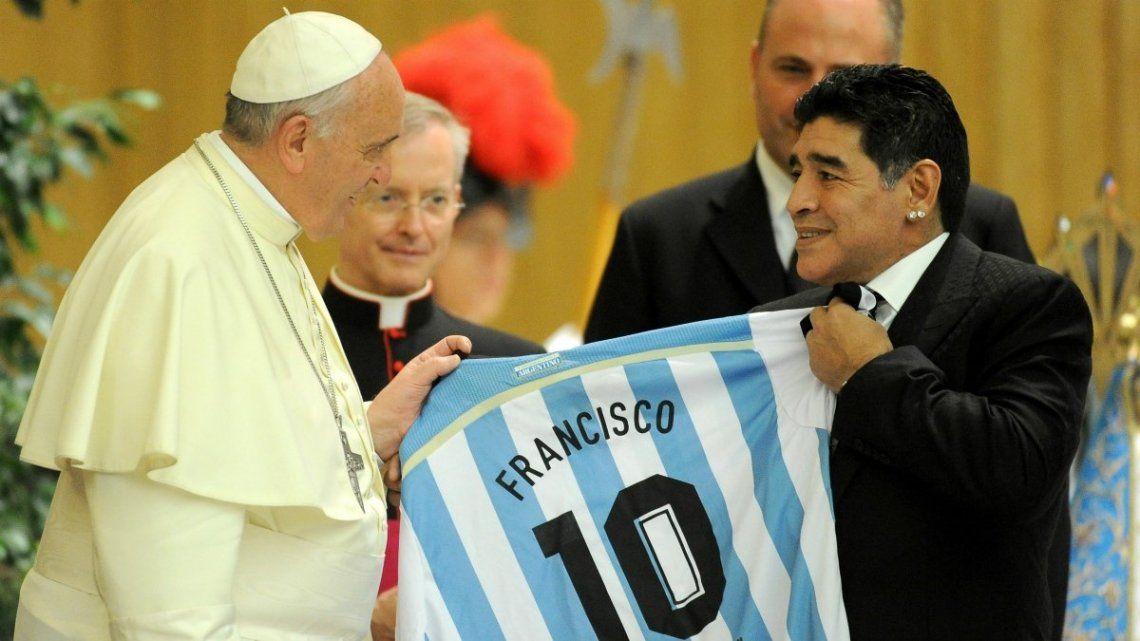 La familia de Diego Maradona recibió un rosario bendecido y enviado especialmente por el papa Francisco .
