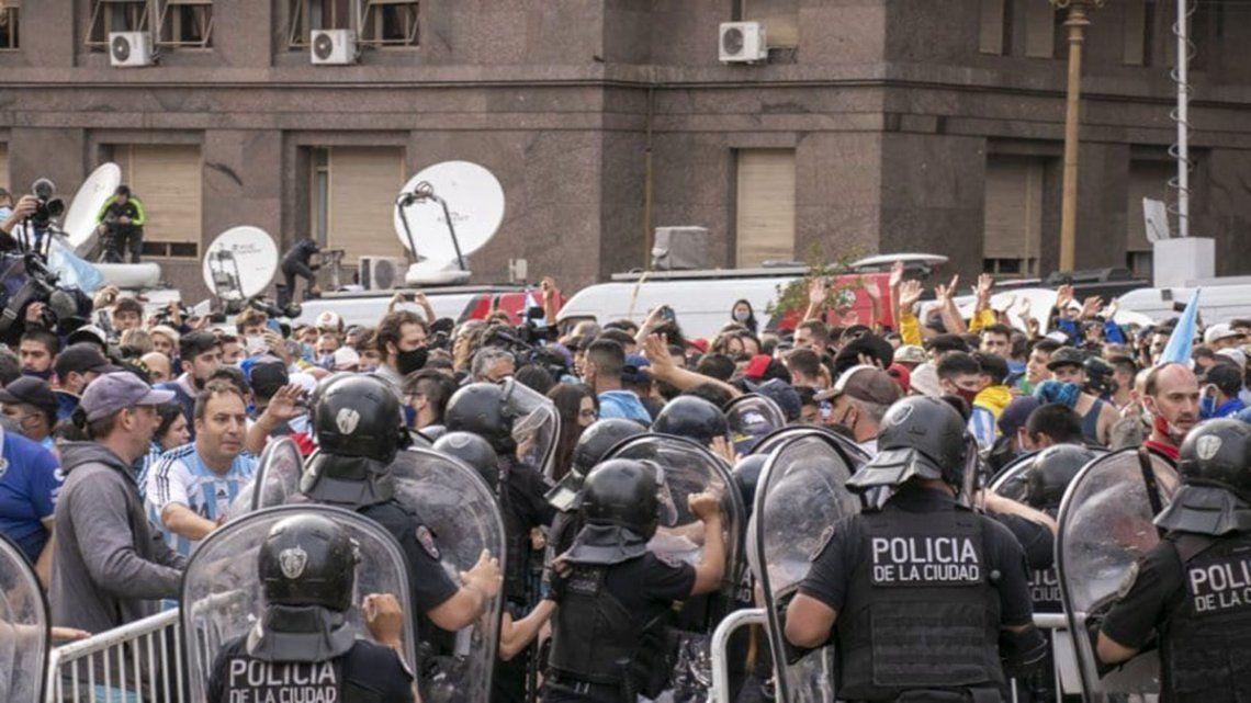 Velatorio de Maradona: la Policía armó un vallado sobre la 9 de Julio