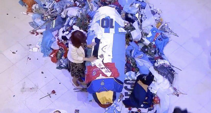 La vicepresidenta de la nación se acercó al féretro de Maradona con una camiseta de Gimnasia de La Plata en sus manos y un rosario.