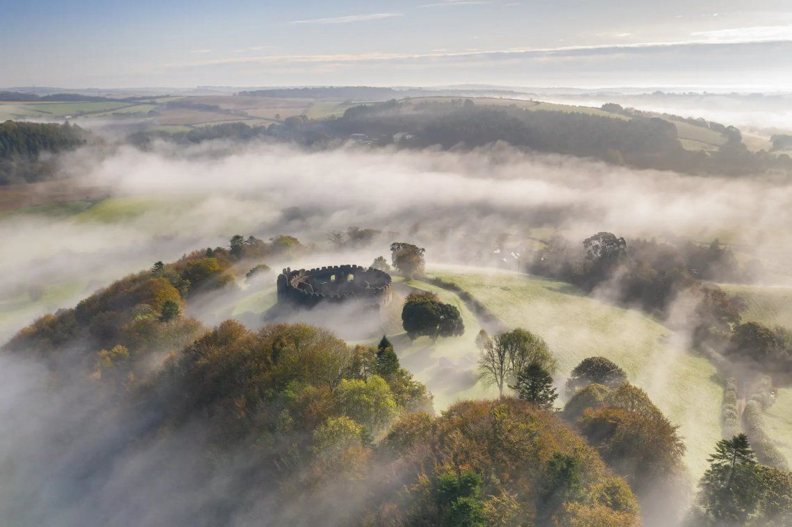 Restormel Castle rodeado por la niebla de la mañana