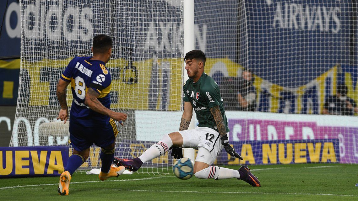 Edwin Cardona anotó los dos goles de Boca. Aquí