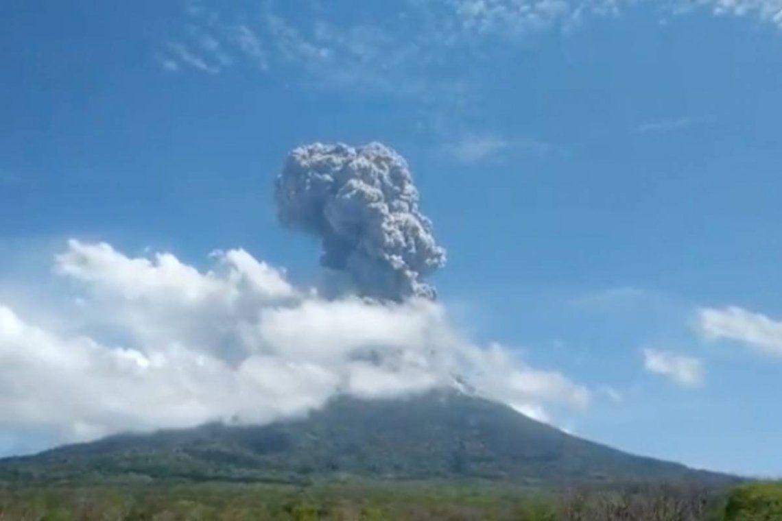 Indonesia: El volcán emitió una columna de humo y ceniza gris oscura y espesa de 4 mil metros de altura