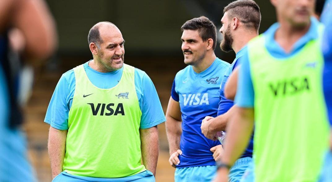 En entrenador Mario Ledesma conversa con el ahora excapitan Pablo Matera.