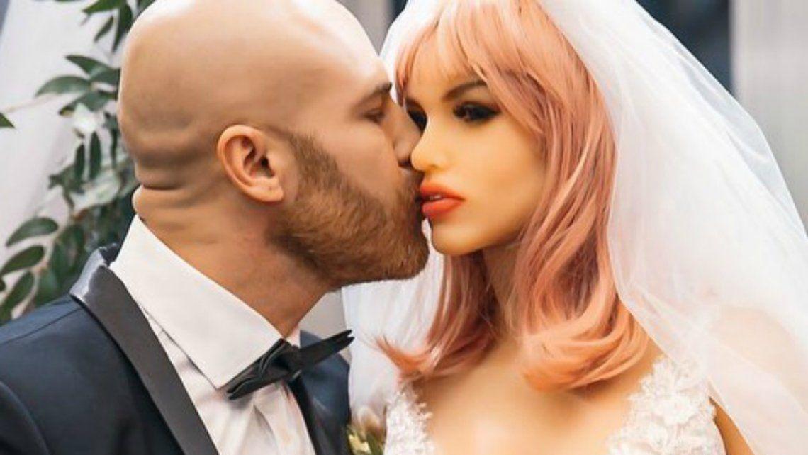 Un famoso fisicoculturista se casa con una muñeca sexual.
