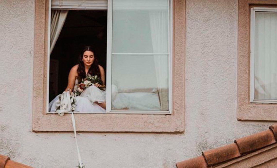 Contrajo Covid-19 y encontró una ingeniosa forma de casarse