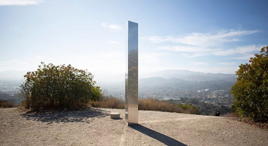 Estados Unidos: derriban otro monolito y lo reemplazan por una cruz