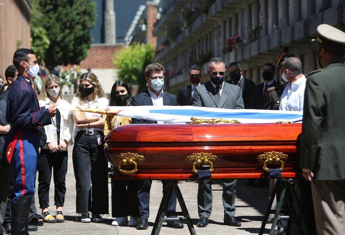 El féretro con los restos de Tabaré Vázquez es depositado en un nicho