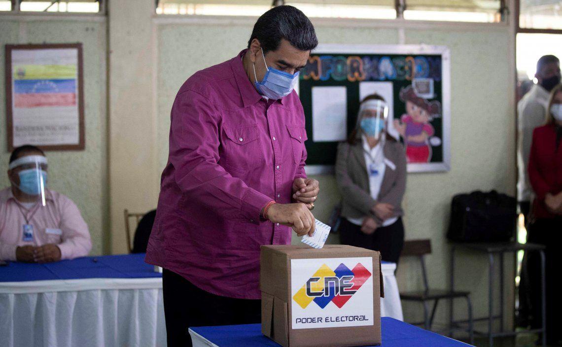 El presidente de Venezuela Nicolás Maduro emitió su voto en un centro de la capital Caracas.