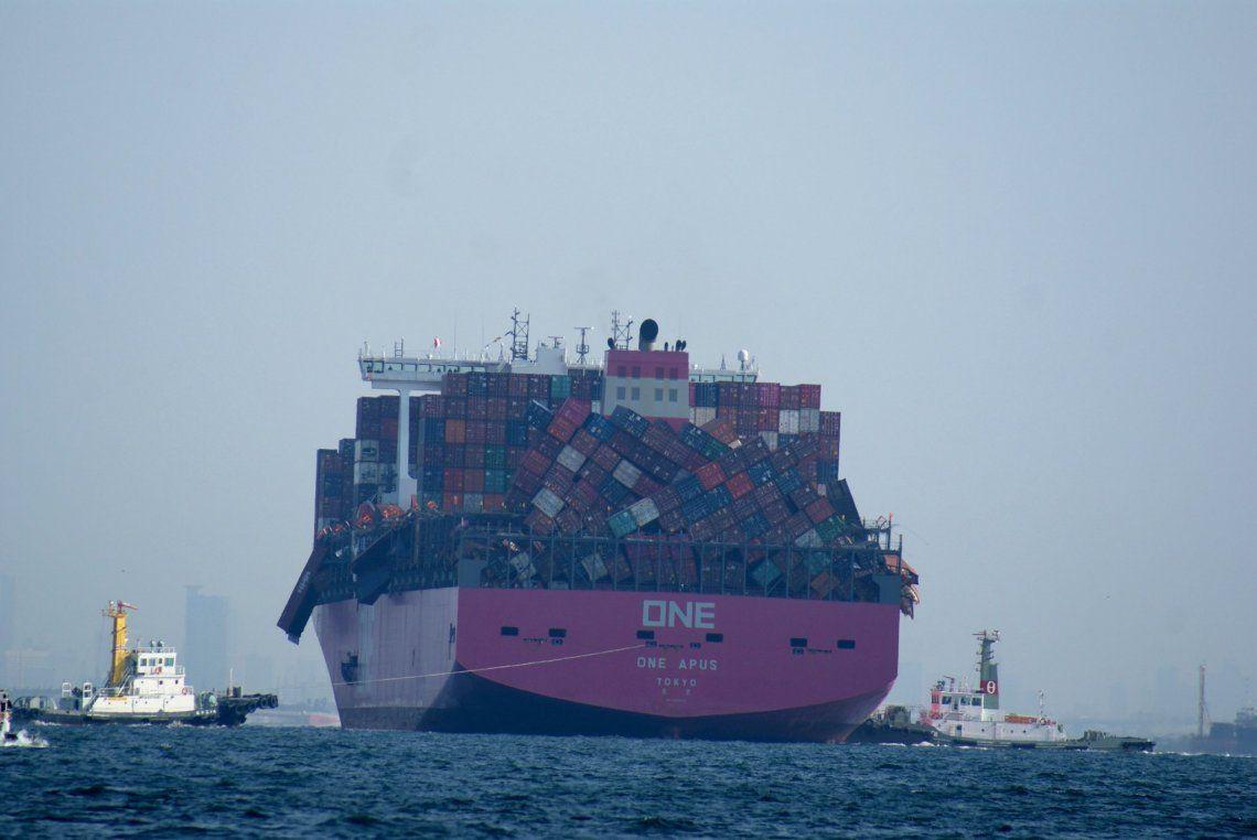 A un buque de carga se le cayeron 2.000 contenedores al mar