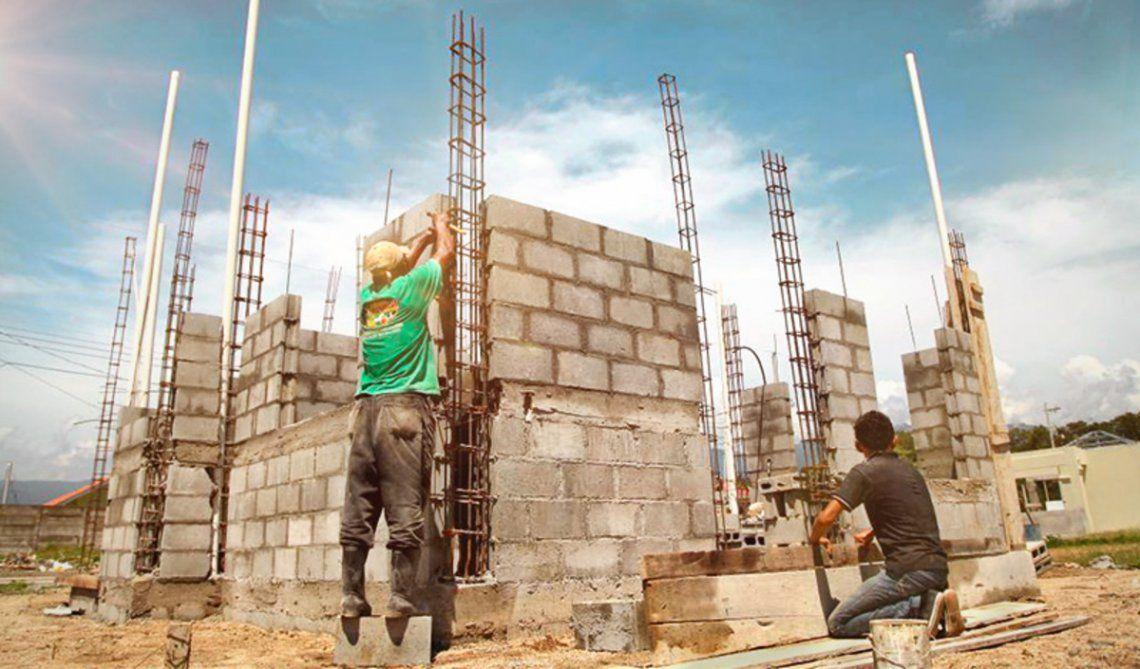 La industria y la construccuión atenuaron sus caídas en octubre
