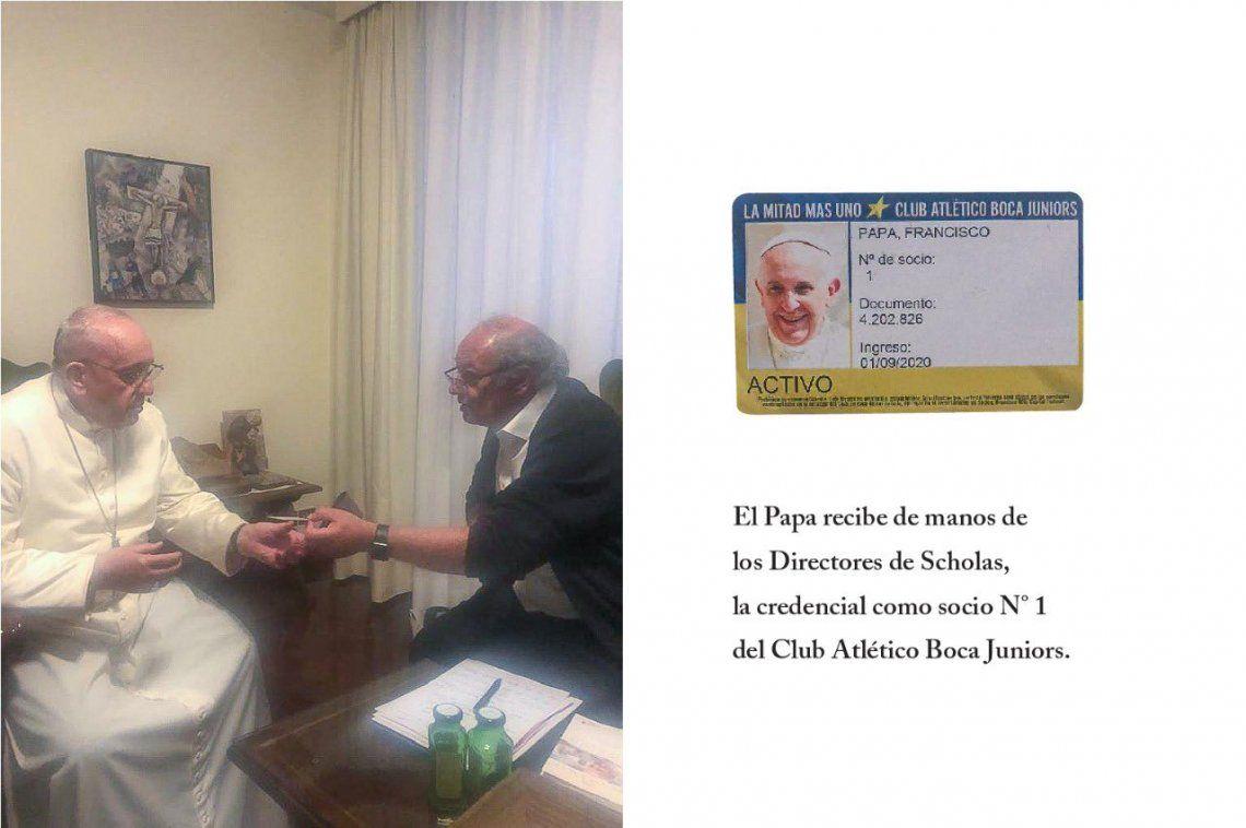 El Papa Francisco recibiedo el carnet de socio de Boca.
