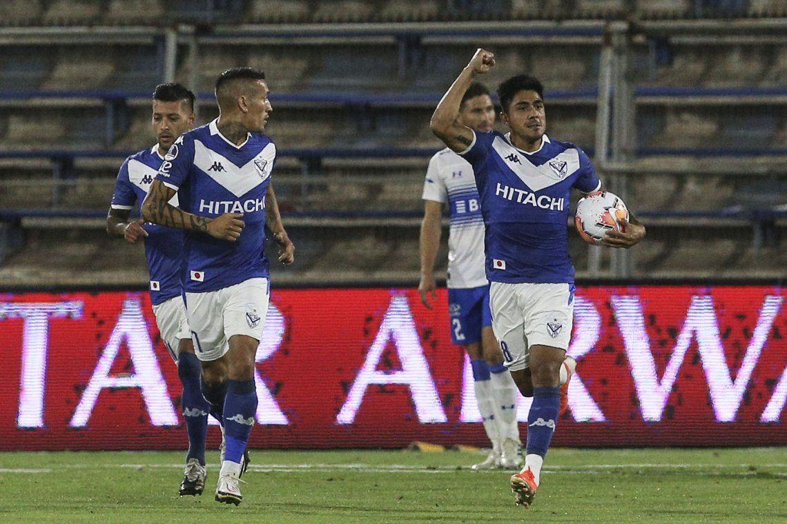 Vélez le ganó 3-1 a Universidad Católica y es semifinalista