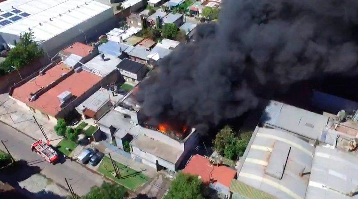Impactante incendio en una fábrica de pintura en Loma Hermosa