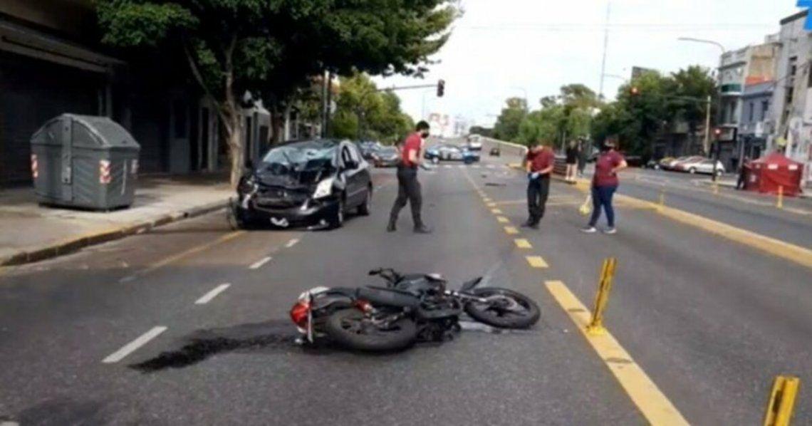 Murió una joven que viajaba en moto con amigas cuando fueron impactadas por un auto