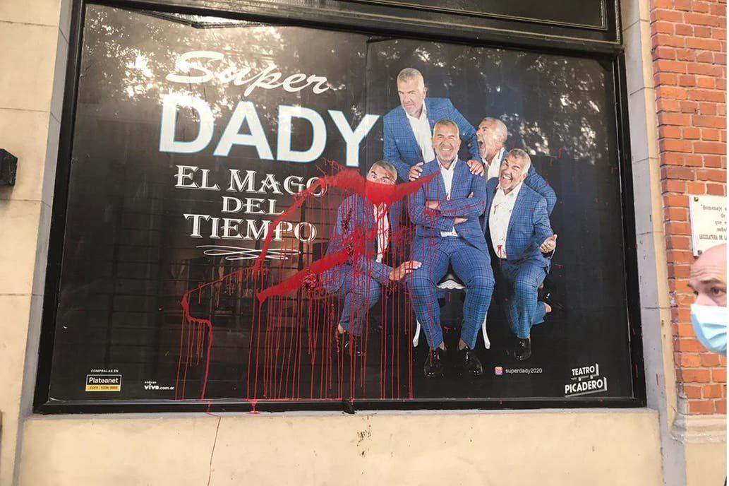 La cartelera de Súper Dady en el Teatro Picadero escrachada con pintura y excrementos