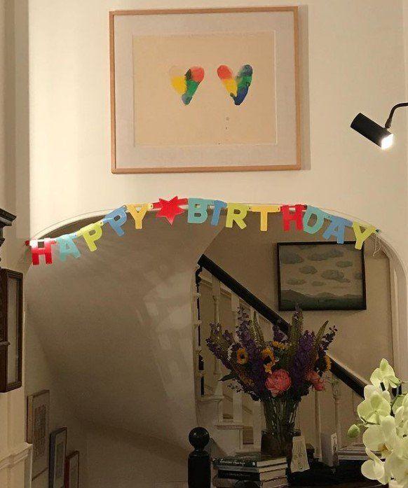 El artista compartió una foto de su pasillo decorado para su cumpleaños en 2018.