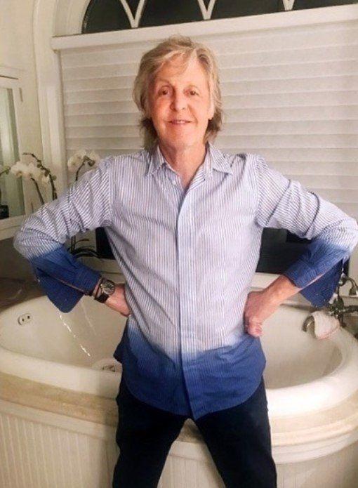 El ex Beatle tiene una gran bañera blanca en su baño.