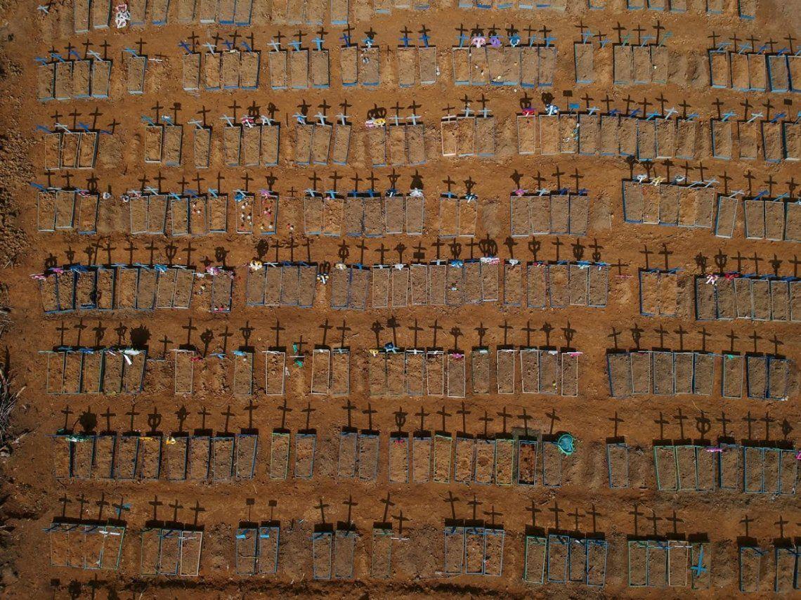 Tumbas de muertos por Covid en el cementerio de Parque Taruma