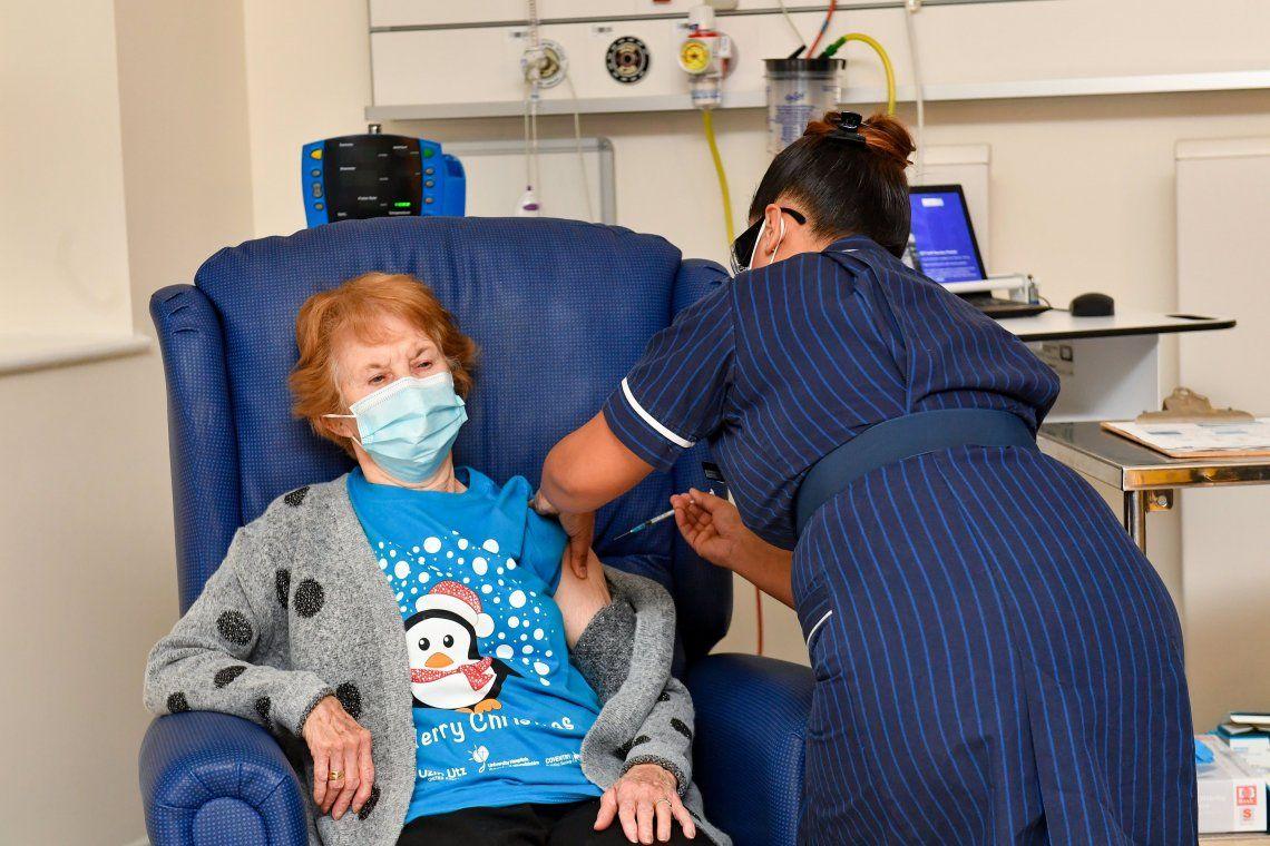 La enfermera May Parsons pone la vacuna de Pfizer/BioNtech a Margaret Keenan en Coventry