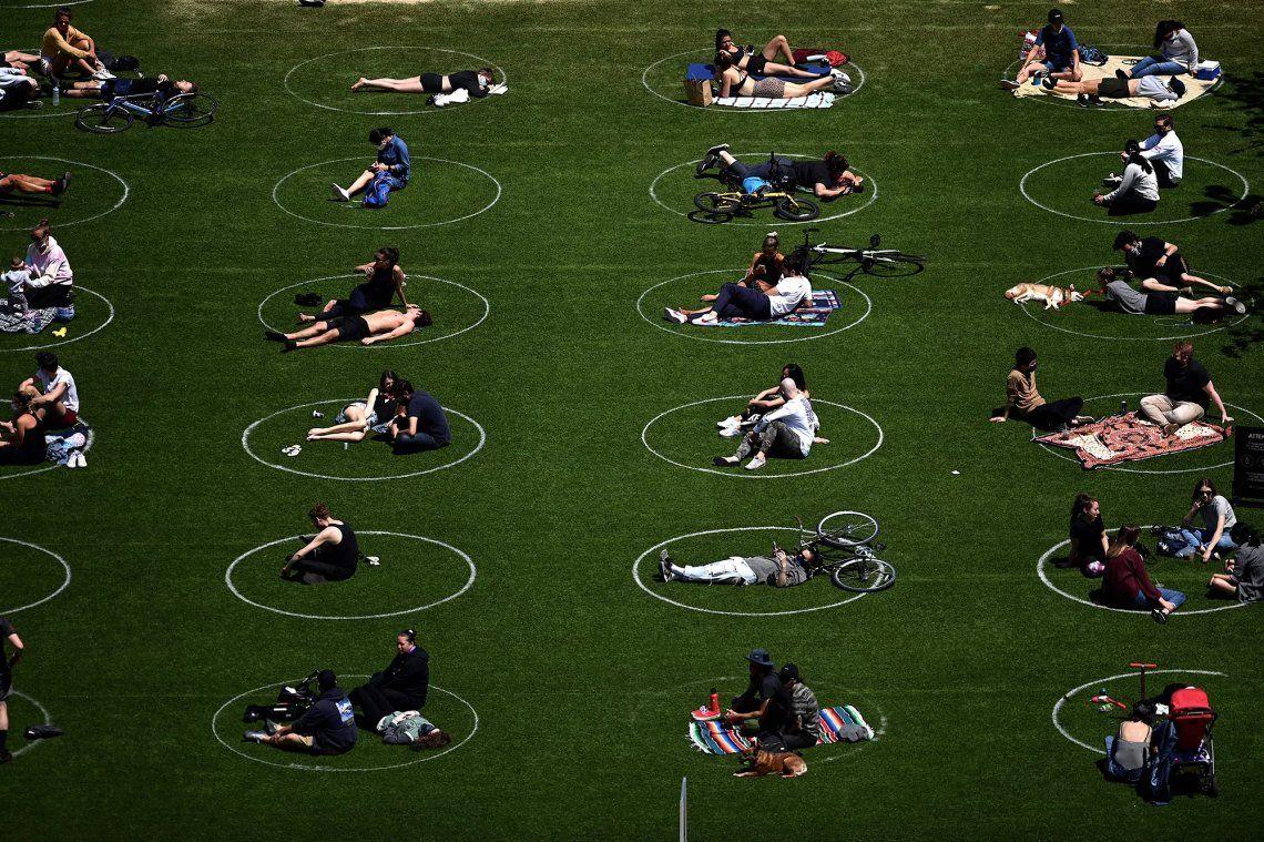 Grupos de personas disfurtan de una tarde en el Domino Park de Brooklyn