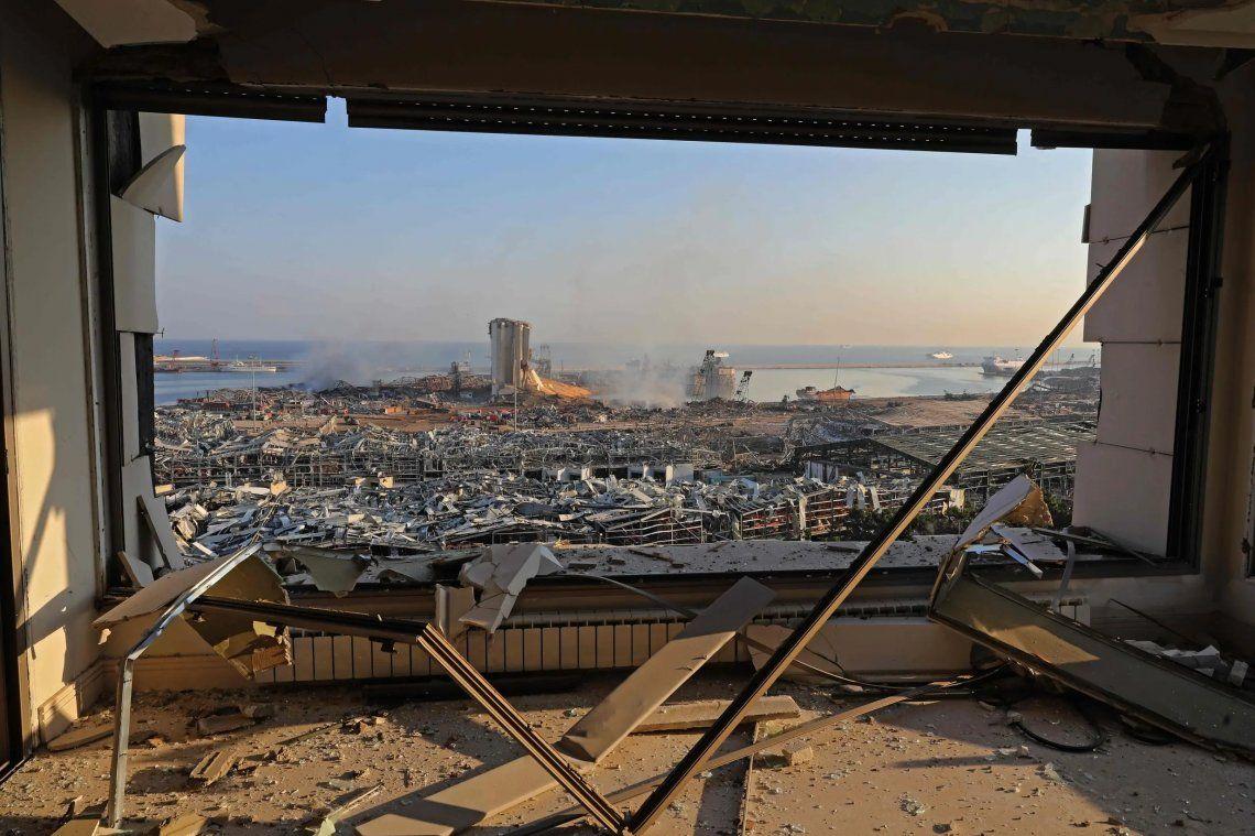 Uns vista de la devastación luego de la explosión en un depósito en el puerto de Beirut