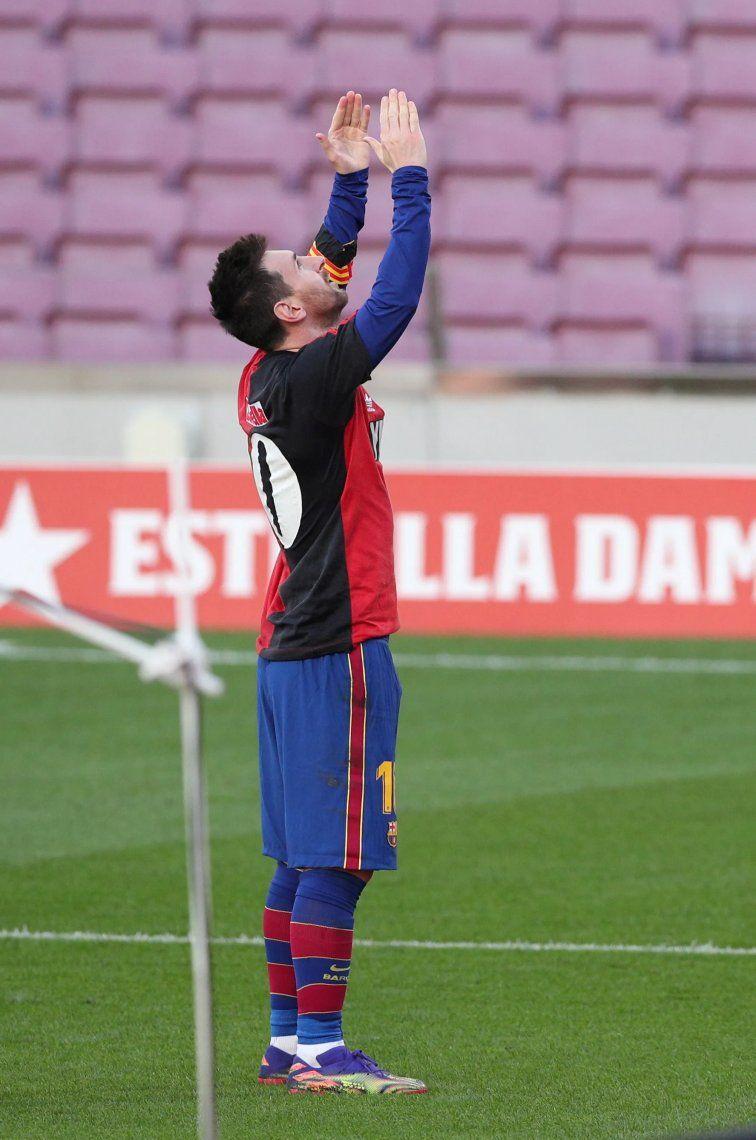 Lionel Messi homenaja a Diego Maradona tras marcar un gol en el paertido de Barcelona frente a Osasuna