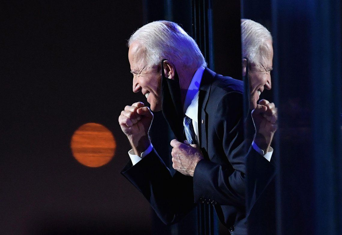 Joe Biden celebra la confirmación de su victoria tras conocerse los resultados que le otorgaban los electores que le faltaban