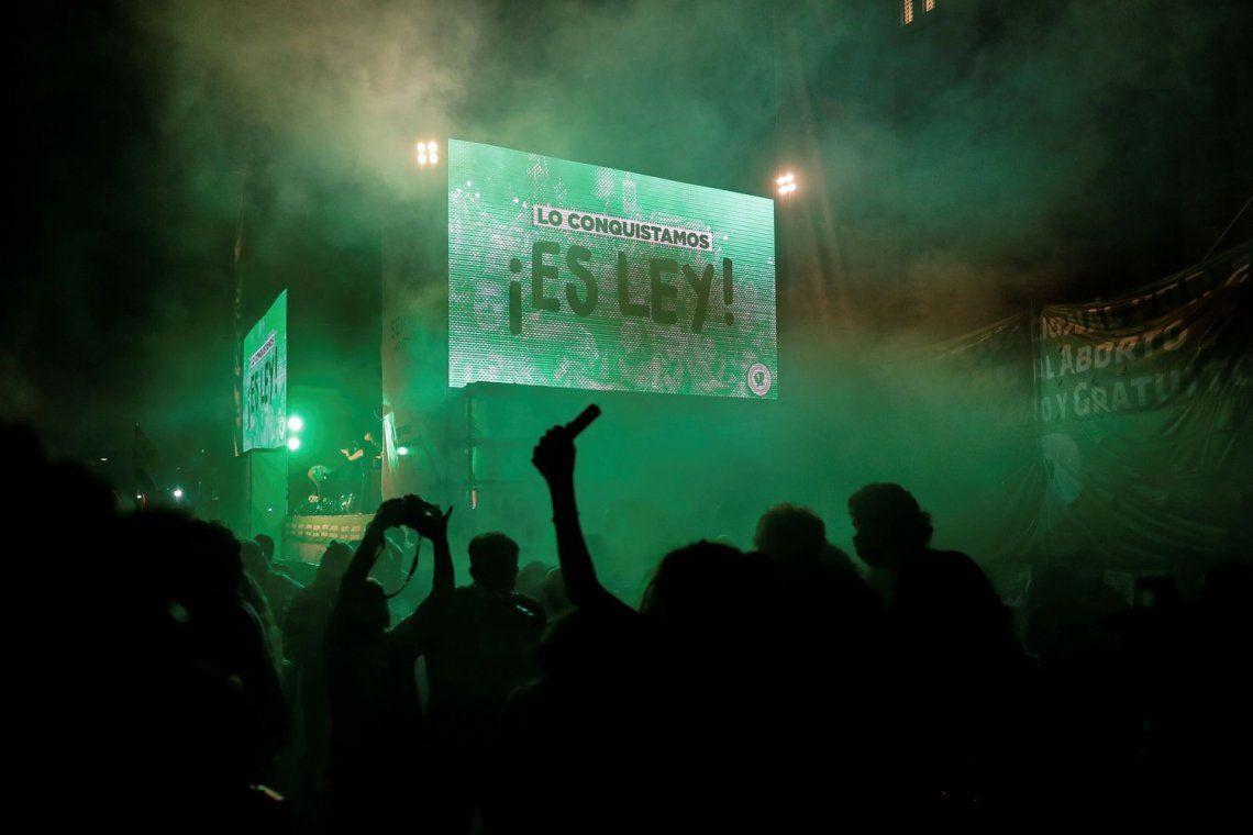 Miles de personas celebran en Buenos Aires la despenalización del aborto en Argentina tras la aprobación de la ley en el Senado