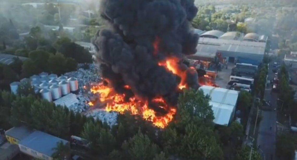 Un incendio gigantesco se produjo en Geneal Pacheco