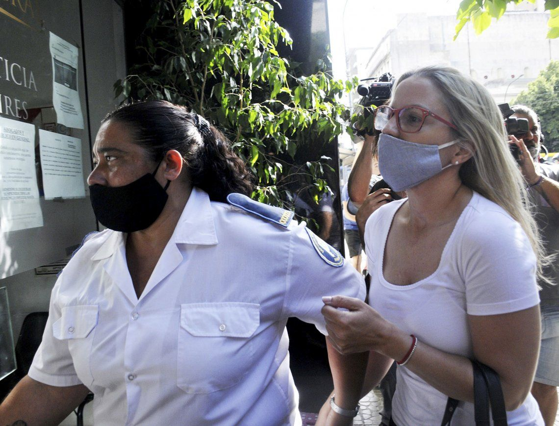 Carolina Píparo ingresa a la fiscalía para prestar testimonio.