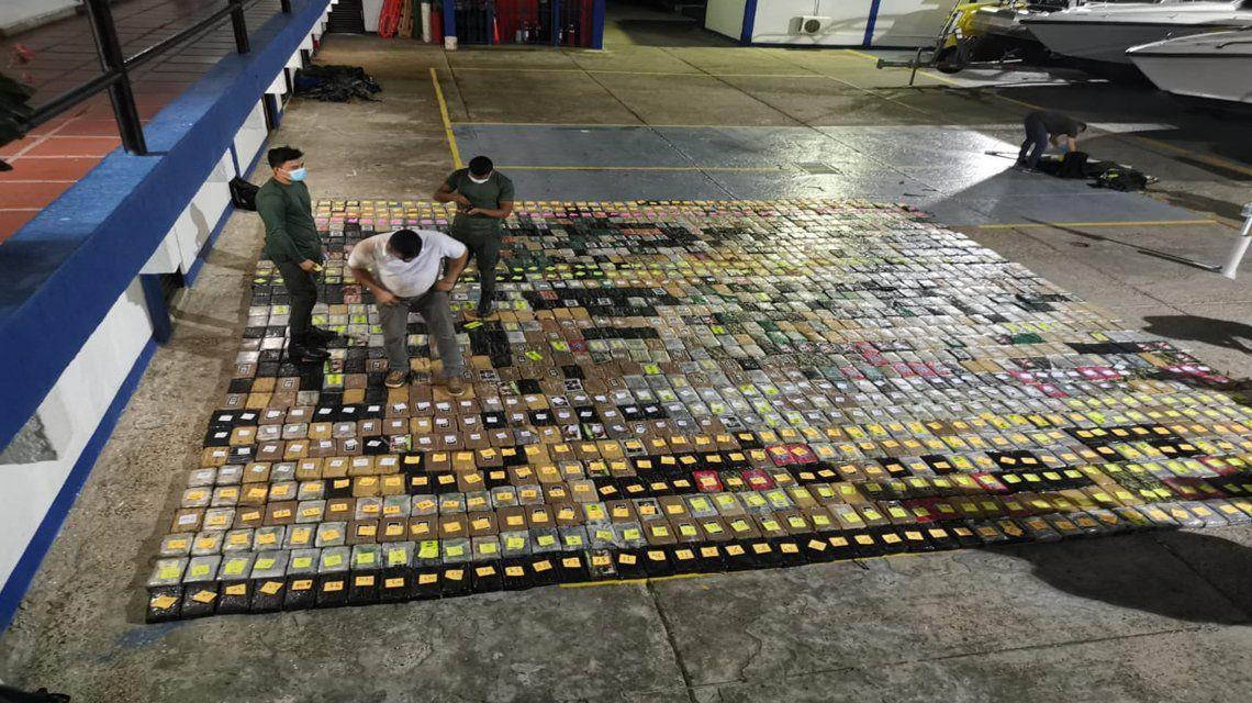 Incautan tonelada y media de cocaína en un buque en Colombia.