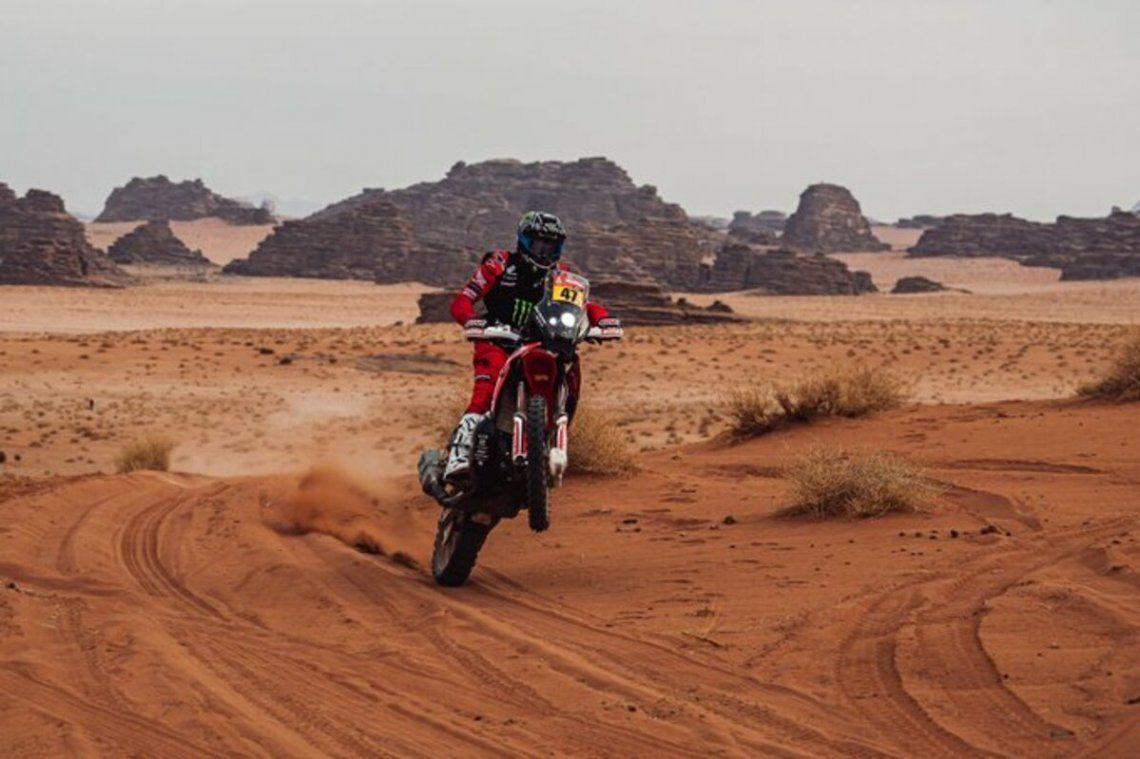 Kevin Benavides lidera el Rally Dakar en la categoría motos.