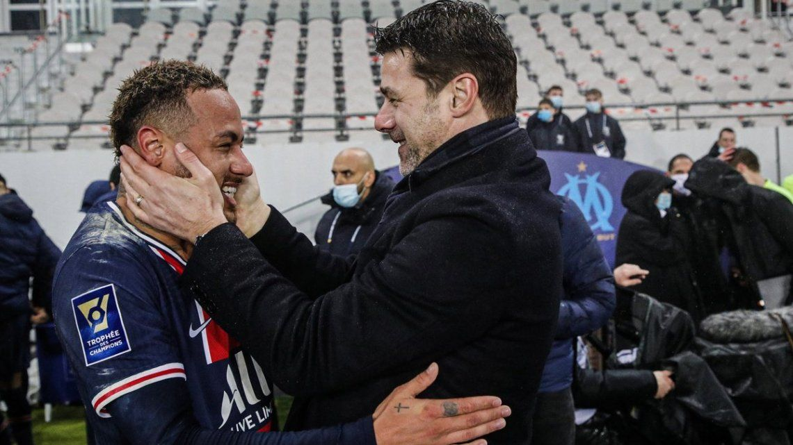 Mauricio Pochettino festeja su primer título como entrenador junto a Neymar.