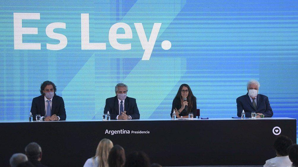 Alberto fernández promulgó las leyes del IVE y el Plan de los 1000 días en el Museo del Bicentenari