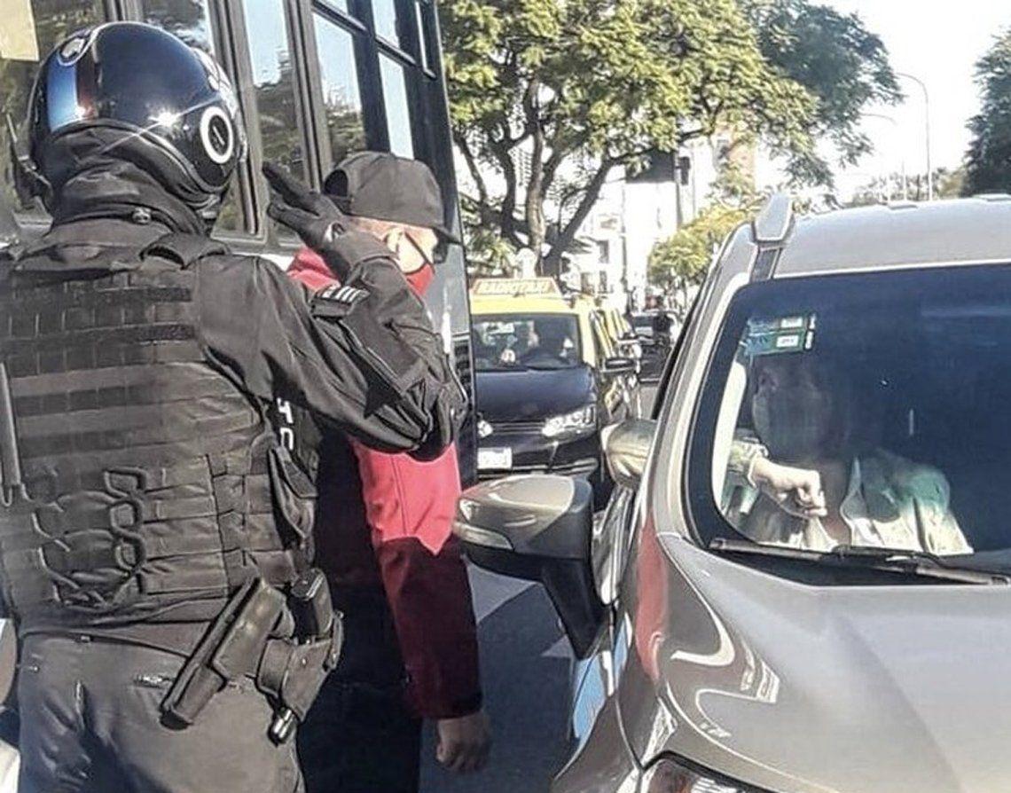 Policías haciendo la venia a Patricia Bullrich.