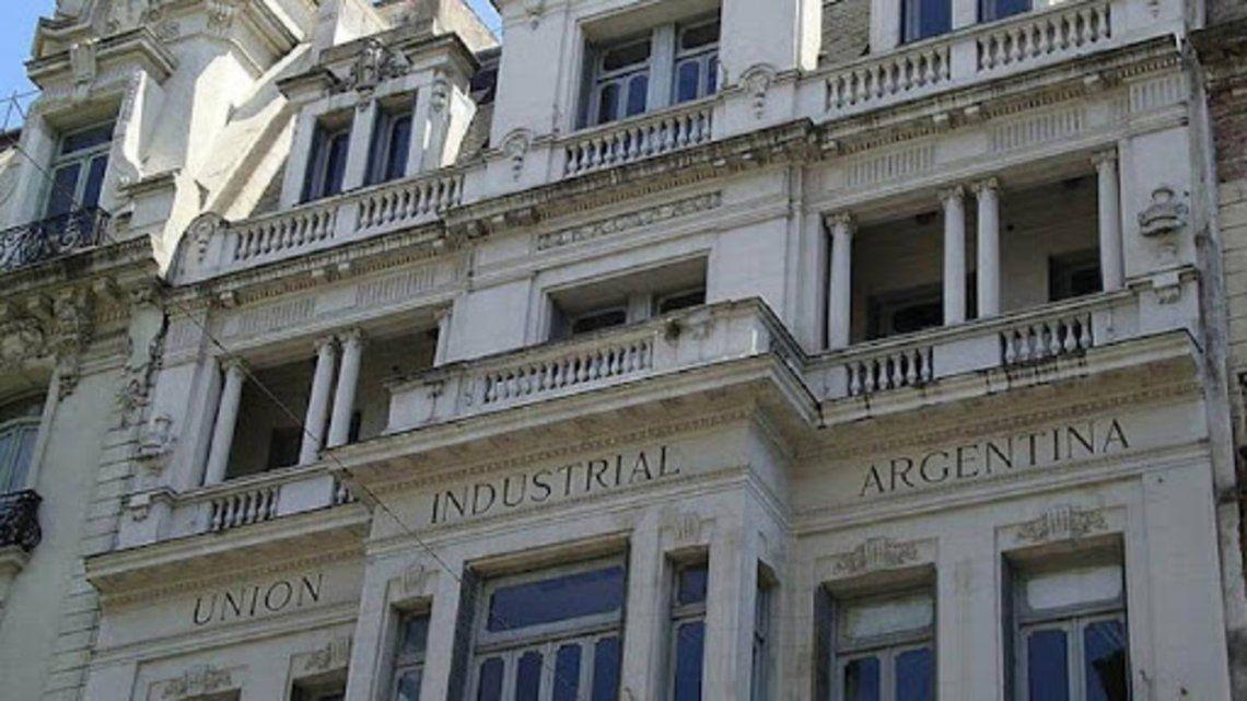 La UIA cuestionó la extensión de la prohibición de despidos y la doble indemnización