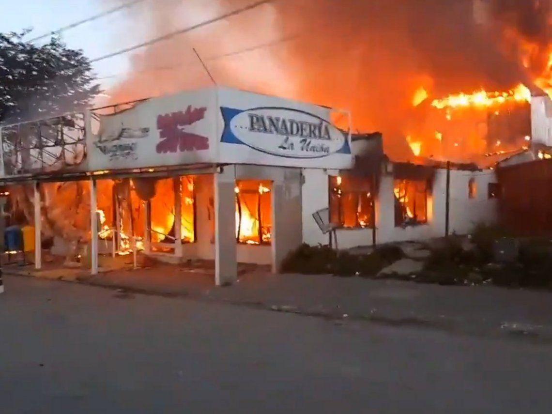 Un incendio destruyó la panadería La Unión de Tolhuin (Tierra del Fuego)